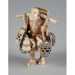 Okimono escultórico em marfim representando vendedor medindo 8 cm. de altura – Japão - Séc. XIX.
