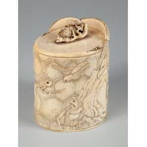 Porta pincel em marfim ricamente trabalhado com adornos e relevos de diversos animais medindo 12 x 12 x 10 cm. – Japão – Séc. XIX.