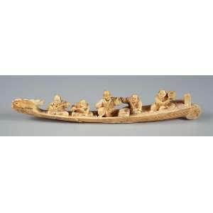 Grupo escultórico de marfim representando barco com 5 budas tocando instrumentos musicais medindo 30 cm. de comprimento – Japão – Séc. XIX.
