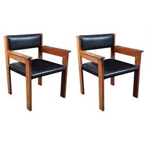 Par de poltronas em madeira com encosto e assento em couro medindo 49,5 x 43 x 63 cm. Precisa de restauro.