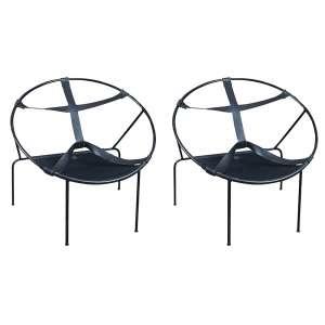 Par de poltronas estrutura em ferro e encosto e assento em couro medindo 83 x 80 x 62 cm. Precisa de restauro.