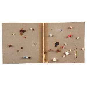 """ADRIANA VAREJÃO - """"Manual de primeiros socorros"""" - Colagem de comprimidos, band,algodão, iodo e gases sobre cartão 3/10 - Ass.tit.dat.1995 no verso. - 20 x 40 cm"""