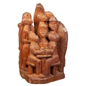 """VICENTE DO EMBÚ - """"A família"""" -Escultura em madeira - Assinada. - 31 x 21 cm - Apresenta certificado do Renato Magalhães Gouvêia datado 13/06/1977."""