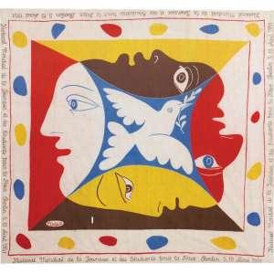 Pablo Picasso<br>Sem título - gravura impressa em tecido de algodão <br> 1951 -82 x 85 <br>Obra desenvolvida para o festival mundial da paz e da juventude realizado em Berlim em 1951. Exemplar reproduzido na capa do livro 145 dessins por la presse et les organisations démocratiques - edição L'humanité. 1973
