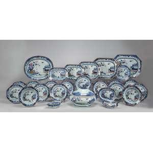 Serviço de porcelana Cia das Índias, decorado em azul cobalto e esmaltes policromados com paisagens e flores, constituído de: sopeira, cinco travessas retangulares, a maior com 42 x 32,5 cm, travessa ovalada, 40,5 x 34,5 cm, terrina para molho com présentoir, molheira, 15 pratos rasos e seis pratos fundos, totalizando 31 peças. China, Qing Qianlong (1736-1795).