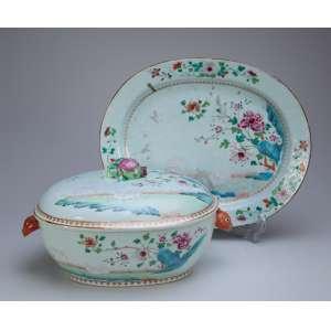 Sopeira com seu présentoir de porcelana Cia das Índias, policromada, decorada com crisântemos e ovelhas em esmaltes da família rosa. 39,5 x 32,5 cm, o présentoir. A sopeira com alças laterais em cabeça de lebre e pega da tampa em romã. 38 x 25 x 20 cm de altura. China, Qing Qianlong (1736-1795).