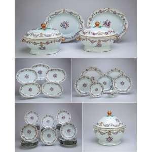 Aparelho de jantar de porcelana policromada e dourada,Cia das Índias, com decoração de guirlandas florais em esmaltes da família rosa,composto de: par de sopeiras ovaladas com seus présentoirs, grande sopeira circular, cinco travessas ovaladas, dois medalhões,três pratos rasos,30 pratos circulares e rasos, 20 pratos fundos,molheira, tampa de sopeira de reserva, totalizando 65 peças. China, Qing Qianlong (1736-1795).