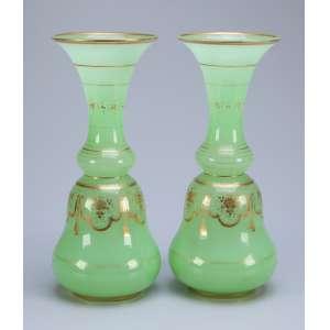 Par de vasos de opalina verde com decoração em dourado. 30 cm de altura. França, séc. XIX.