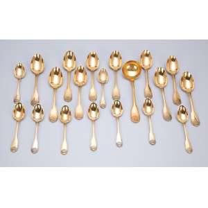 Conjunto de elegantes colheres de prata vermeil, composto de nove para café, 12 para chá e uma para açúcar. França, princípio do séc. XX.