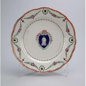 Prato de porcelana Cia das Índias, circular, borda recortada e ornada por guirlandas. <br />Na caldeira cartela com edificação religiosa. 23,5 cm de diâmetro. <br />China, Qing Qianlong (1736-1795).