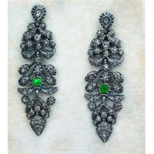 Par de brincos em prata, diamantes e esmeralda. 6 cm. Brasil, séc. XVIII.