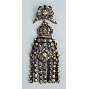 Pingente coroado, confeccionado em prata e ornado por minas novas. <br />6 cm. Brasil, Minas Gerais, séc. XVIII.