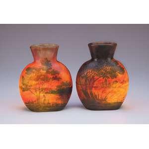 Raro par de vasos de pasta de vidro de Daun Nancy, decorados com paisagem lacustre em tons <br />de verde sobre fundo vermelho mesclado. 19,5 cm de altura. Assinados. França, séc. XX.