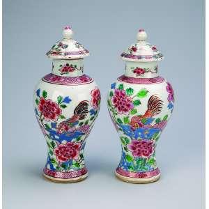 Par de pequenos potiches com suas tampas de porcelana Cia das Índias. Decoração com aves <br />e flores em esmaltes da Família Rosa. 18 cm de altura. China, séc. XVIII.