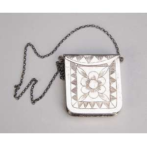 Mão escrava, porta-diamantes ou pepitas de ouro, confeccionada em prata batida. <br />4,5 x 5 cm. Brasil, Minas Gerais, séc. XVIII.