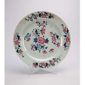 Prato de porcelana Cia das Índias, policromada, circular, decoração floral. <br />23,5 cm. China, séc. XVIII.