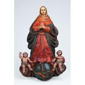 Curiosa imagem de Gôa<br />Nossa Senhora esculpida em madeira policromada com rosto de marfim. Apresenta-se sobre esfera <br />com serpente e ladeada por duas crianças sobre nuvem. 47 cm de altura. Índia portuguesa, séc. XVIII.
