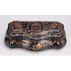 D. Pedro II<br />Caixa porta drágeas de tartaruga e ouro. Na tampa ao centro, Brasão Imperial e demais superfícies <br />com incrustações florais também em ouro. 10 x 6 x 5,5 cm de altura. Séc. XVIII.