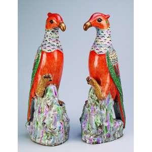 Par de grandes pássaros de porcelana Cia das Índias, policromada e dourada. <br />39 cm de altura. China, séc. XIX.