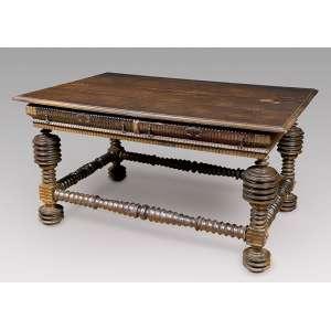Excepcional mesa de apresentação de jacarandá, estilo nacional português com bolachas e tremidos; <br />duas gavetas de cada lado com puxadores de ferro. 152 x 100 x 80,5 cm de altura. <br />Brasil, séc. XVII/XVIII.