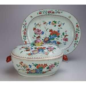Magnífica sopeira com seu présentoir de porcelana Cia das Índias, ovalada, decoração floral em esmaltes <br />da Família Rosa. Alças laterais em cabeça de lebre e pega da tampa em fruto. 40 x 32 cm, o présentoir <br />e 35 x 24 x 19 cm de altura, a sopeira. China, Qing Qianlong (1736-1795).