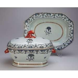 Sopeira com seu présentoir, de porcelana Cia das Índias, retangular cantos recortados, decorada com <br />elementos repetitivos e flores em azul. Alças laterais em cabeça de lebre e pega da tampa em vegetal, <br />rouge-de-fer. 37 x 28 cm, o présentoir; 30 x 22,5 x 22 cm de altura, a sopeira. China, Qing Qianlong (1736-1795).