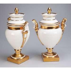 Par de refresqueiras de porcelana branca, Vieux Paris, estilo Louis XVI, com alças laterais em forma <br />de figuras femininas em biscuit e frisos decorados. 42 cm de altura. França, séc. XIX.