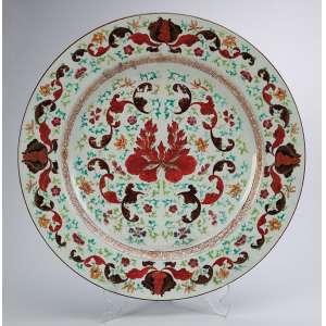 Grande medalhão de porcelana Cia das Índias, com decoração inspirada nas faianças francesas como é a <br />do famoso Serviço dito Madame Pompadour, de quem se assemelha. 38,5 cm de diâmetro. China, séc. XIX.