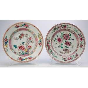 Dois pratos de porcelana Cia das Índias, policromada. Decoração com esmaltes da Família Rosa. <br />22,5 cm de diâmetro. China, séc. XVIII.