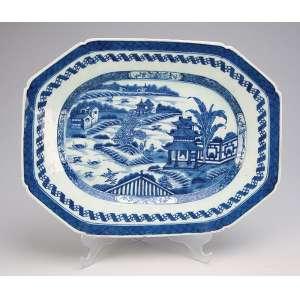 Travessa de porcelana Cia das Índias azul e branca, no padrão Macau, retangular com cantos chanfrados. <br />32,5 x 24,5 cm. China, Qing Qianlong (1736-1795).