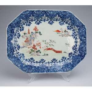 Grande travessa de porcelana Cia das Índias, policromada e dourada. Aba com decoração floral em azul <br />e no plano pintura de jardim em esmaltes da Família Rosa. 42 x 33 cm. China, Qing Qianlong (736-1795).