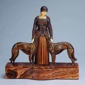 CHIPARUS, Demetre <br />Friends Forever. Escultura de bronze patinado e marfim sobre base de mármore. 29 cm de altura. Assinada na base de mármore. França, c. 1935. Reproduzida em Master of Art Deco, de Alberto Shayo, pág. 81.