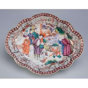 Pequeno covilhete de porcelana Cia das Índias, ovalado com borda drapeada e decorado com pintura <br />de figuras em atividades em esmaltes da Família Rosa. 20 x 16 cm. China, Qing Qianlong (1736-1795).
