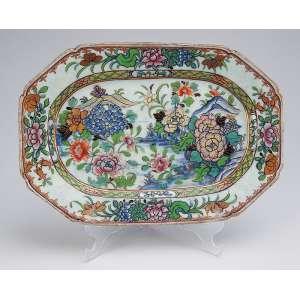 Pequena travessa de porcelana Cia das Índias policromada e dourada, retangular, recortada, <br />decoração floral. 28,5 x 19,5 cm. China, séc. XVIII.