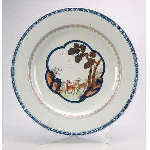 Prato para arroz de porcelana Cia das Índias, circular, plano decorado, com corças em movimento. <br />Borda com barrado azul. 32 cm de diâmetro. China, Qing Qianlong (1736-1795). <br />Ex-coleção Magalhães Castro.