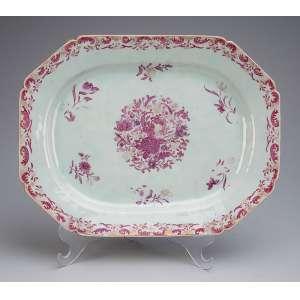Travessa de porcelana Cia das Índias, decoração floral e douração. Retangular com cantos chanfrados. <br />37 x 28,5 cm. China, Qing Qianlong (1736-1795).