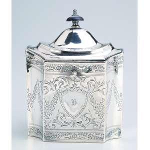 Caixa para chá de prata inglesa georgeana, repuxada e burilada; retangular de cantos chanfrados. <br />17 cm de altura. Contrastes para a cidade de Londres com letra-data para 1797.