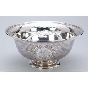Bowl de prata de Odiot, decorada externamente com guillochis e a inicial M em duas reservas. <br />Internamente na aba barrado com friso e folhas. 18,5 cm de diâmetro x 8,5 cm de altura. <br />Na base a marca Odiot / Paris. França, séc. XX.