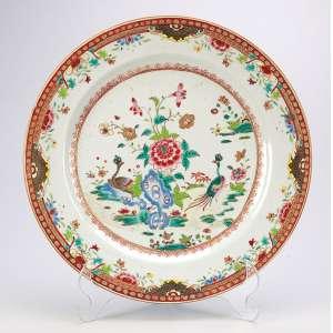 Pequeno medalhão de porcelana Cia das Índias, policromada e dourada, decorada com pavões e <br />crisântemos em esmaltes da Família Rosa. 28,5 cm de diâmetro. China, séc. XVIII. (fio de cabelo).