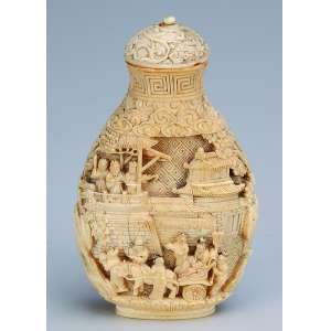 Escultura de marfim em forma de snuff bottle com fino trabalho escultórico em relevo.<br />9,5 cm de altura. Japão, séc. XIX.