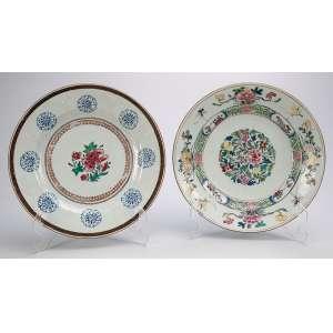 Dois pratos de porcelana Cia das Índias, ambos com decoração floral, Família Rosa. <br />23 cm de diâmetro. China, séc. XVIII.