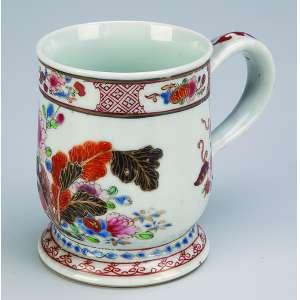 Pequena caneca de porcelana Cia das Índias, decoração floral. <br />10 cm de altura. China, séc. XIX.