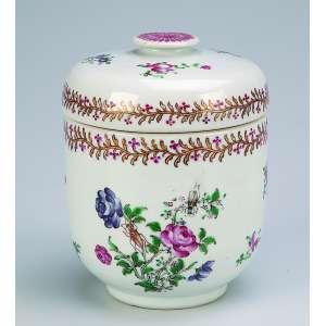 Caixa com tampa de porcelana policromada e dourada circular, decoração floral. <br />10 cm de diâmetro x 14 cm de altura. China, Qing Dauguang (1821-1850).