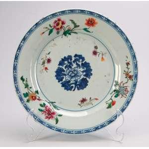 Prato de porcelana Cia das Índias de porcelana policromada, decoração floral. <br />22,5 cm de diâmetro. China, séc. XVIII.