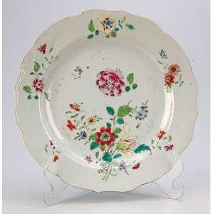 Prato de porcelana Cia das Índias, circular, borda recortada, decoração floral. <br />23 cm de diâmetro. China, séc. XVIII.