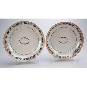 Par de travessas fundas, circulares de porcelana Cia das Índias, borda decorada com barrado <br />de parreira em azul entre frisos dourados. 24 cm de diâmetro. China, séc. XVIII.