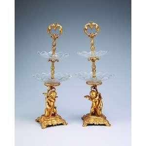 Par de fruteiras em dois andares, estrutura em bronze ormolu e pratos de cristal de Baccarat. <br />53 cm de altura. França, séc. XIX.