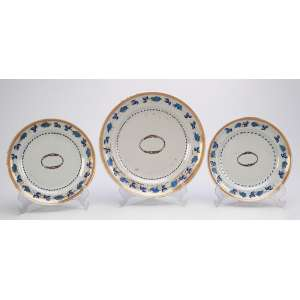 Conjunto de três pratos de porcelana Cia das Índias, sendo um para sobremesa e dois para pão. <br />Borda decorada com barrado de parreira entre frisos dourados. <br />20 cm e 16 cm. China, séc. XVIII.