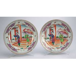 Par de pratos rasos, circulares, de porcelana Cia das Índias. No plano duas figuras femininas <br />em um terraço. Esmaltes da Família Rosa. 23 cm de diâmetro. China, séc. XVIII.