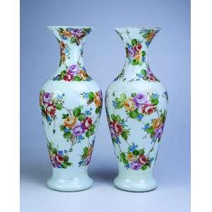 Par de requintados e grandes vasos de opalina branca, decorados com pinturas de flores em policromia. <br />52 cm de altura. França, séc. XIX.